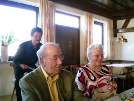 Johannes Kärtner begrüßt die ehemaligen Lehrer und Mitschüler